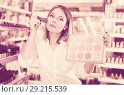 Купить «girl applying powder with brush for testing», фото № 29215539, снято 31 января 2018 г. (c) Яков Филимонов / Фотобанк Лори