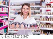 Купить «Salesgirl proposing powder in shop», фото № 29215547, снято 31 января 2018 г. (c) Яков Филимонов / Фотобанк Лори
