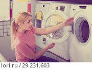 Купить «housewife chooses washing machine», фото № 29231603, снято 1 марта 2018 г. (c) Яков Филимонов / Фотобанк Лори