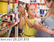 Купить «pregnant woman with girl are choosing products», фото № 29231815, снято 5 июня 2017 г. (c) Яков Филимонов / Фотобанк Лори