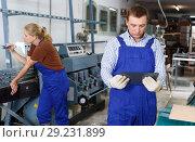 Купить «Male glazier working in glass factory», фото № 29231899, снято 10 сентября 2018 г. (c) Яков Филимонов / Фотобанк Лори