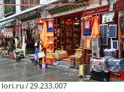 Тибет, Лхаса. Продажа сувениров в историческом центре города в дождливую погоду (2018 год). Редакционное фото, фотограф Овчинникова Ирина / Фотобанк Лори
