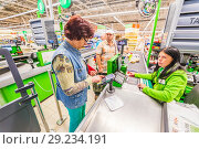 Купить «Russia, Samara, August, 2018: a beautiful mature woman pays for the purchase of products in the supermarket by credit card», фото № 29234191, снято 20 августа 2018 г. (c) Акиньшин Владимир / Фотобанк Лори