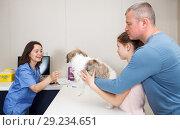 Купить «Woman veterinarian consulting family with dog», фото № 29234651, снято 3 мая 2018 г. (c) Яков Филимонов / Фотобанк Лори