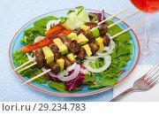 Купить «Fried shish-kebab from chicken hearts with avocado and fresh lettuce», фото № 29234783, снято 17 октября 2018 г. (c) Яков Филимонов / Фотобанк Лори