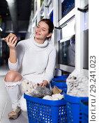 Купить «Girl choosing interesting large aquarian reefs», фото № 29241023, снято 17 февраля 2017 г. (c) Яков Филимонов / Фотобанк Лори