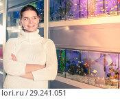 Купить «teenage wondered what breed aquarium fish to buy for themselves in aquarium shop», фото № 29241051, снято 17 февраля 2017 г. (c) Яков Филимонов / Фотобанк Лори