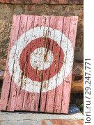 Купить «Старая разбитая мишень для стрельбы из лука и метания ножей», фото № 29247771, снято 3 мая 2018 г. (c) Parmenov Pavel / Фотобанк Лори