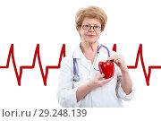 Купить «Пожилой доктор с красным сладким перцем в руках на фоне сердечного ритма, изолировано», фото № 29248139, снято 26 марта 2016 г. (c) Кекяляйнен Андрей / Фотобанк Лори