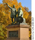 Купить «Monument to Minin and Pozharsky (1816), bronze statue on Red Square in Moscow, Russia», фото № 29248947, снято 15 октября 2018 г. (c) Валерия Попова / Фотобанк Лори