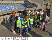 Купить «Choolchildren on excursion. Group of little tourists listen to guide in Alexander Garden. Москва», фото № 29249283, снято 15 октября 2018 г. (c) Валерия Попова / Фотобанк Лори