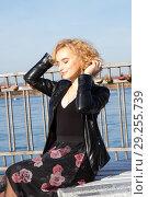 Купить «Блондинка сидит на берегу реки», фото № 29255739, снято 17 октября 2018 г. (c) Момотюк Сергей / Фотобанк Лори