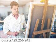 Купить «Male artist drawing in studio», фото № 29256943, снято 8 апреля 2017 г. (c) Яков Филимонов / Фотобанк Лори