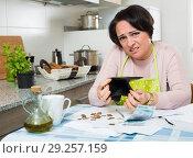 Купить «Miserable female counting money for payment», фото № 29257159, снято 23 октября 2018 г. (c) Яков Филимонов / Фотобанк Лори