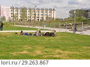 Купить «Парк Зарядье. Рабочие отдыхают на поляне. Москва, Россия», фото № 29263867, снято 20 сентября 2017 г. (c) Ирина Быстрова / Фотобанк Лори