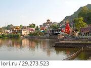 Солнечное утро на священном озере Ревалсар. Штат Химачал Прадеш, Индия (2011 год). Стоковое фото, фотограф Виктор Карасев / Фотобанк Лори