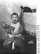 Купить «Старая фотография смеющейся двухлетней девочки с куклой. 1957. Из домашнего архива», фото № 29273771, снято 21 октября 2018 г. (c) Валерия Попова / Фотобанк Лори