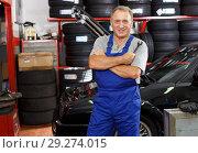 Купить «Mature man mechanic», фото № 29274015, снято 4 сентября 2018 г. (c) Яков Филимонов / Фотобанк Лори