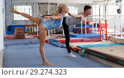 Купить «Fitness couple doing exercises in gym», фото № 29274323, снято 18 июля 2018 г. (c) Яков Филимонов / Фотобанк Лори