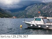 Купить «Пассажирский катер в Перасте на фоне искусственного острова Госпа-од-Шкрпьела. Которский залив, Адриатическое море, Черногория», фото № 29276367, снято 5 июня 2016 г. (c) Кекяляйнен Андрей / Фотобанк Лори