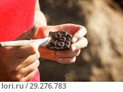 Археологическая находка-кусок разбитого глиняного сосуда с примитивным украшением. Стоковое фото, фотограф Круглов Олег / Фотобанк Лори