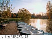 Pleasure boats at the pier in the lake .Autumn landscape. Стоковое фото, фотограф Алексей Маринченко / Фотобанк Лори