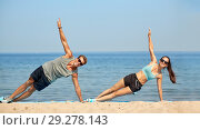 Купить «couple doing side plank exercise on summer beach», фото № 29278143, снято 1 августа 2018 г. (c) Syda Productions / Фотобанк Лори