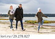 Купить «happy family walking along autumn beach», фото № 29278827, снято 29 сентября 2018 г. (c) Syda Productions / Фотобанк Лори