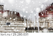 Купить «icicles and snow hanging from building roof», фото № 29280031, снято 11 ноября 2016 г. (c) Syda Productions / Фотобанк Лори