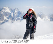 Купить «Young adult woman snowboarder holding snow board», фото № 29284691, снято 18 марта 2018 г. (c) katalinks / Фотобанк Лори