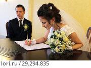 Купить «Невеста подписывает брачный контракт. Свадьба..», эксклюзивное фото № 29294835, снято 22 сентября 2018 г. (c) Анатолий Матвейчук / Фотобанк Лори