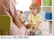 Купить «Cute kid boy at speech therapist office», фото № 29295027, снято 23 января 2019 г. (c) Оксана Кузьмина / Фотобанк Лори