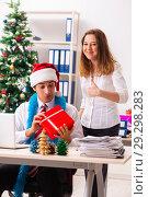Купить «Colleagues exchaing christmas presents in office», фото № 29298283, снято 19 июля 2018 г. (c) Elnur / Фотобанк Лори