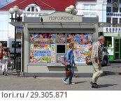 Купить «Киоск по продаже мороженого. Вокзальная площадь. Город Сергиев Посад. Московская область», эксклюзивное фото № 29305871, снято 6 июля 2015 г. (c) lana1501 / Фотобанк Лори