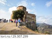 Tourists take photo of beautiful view from mountain the Jvari Monastery (2018 год). Редакционное фото, фотограф Юлия Бабкина / Фотобанк Лори