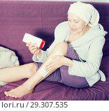 Купить «Woman doing body hair removal», фото № 29307535, снято 21 марта 2017 г. (c) Яков Филимонов / Фотобанк Лори