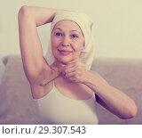 Купить «Woman doing body hair removal», фото № 29307543, снято 21 марта 2017 г. (c) Яков Филимонов / Фотобанк Лори