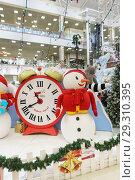 Купить «Russia, Krasnodar-January 07, 2017: new Year clock and snowman in the shopping and entertainment complex Red Square», фото № 29310395, снято 7 января 2017 г. (c) Наталья Гармашева / Фотобанк Лори