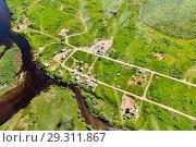 Купить «Вид с воздуха на небольшую деревню на берегу реки. Северный Урал», фото № 29311867, снято 16 июля 2017 г. (c) Евгений Ткачёв / Фотобанк Лори