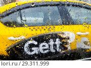 Желтое Gett-такси в дождь (2018 год). Редакционное фото, фотограф Victoria Demidova / Фотобанк Лори