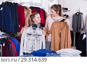 Купить «Ordinary girl and her mother with purchases», фото № 29314639, снято 21 марта 2018 г. (c) Яков Филимонов / Фотобанк Лори