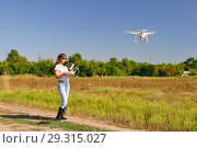 Девушка управляет квадрокоптером в поле. Стоковое фото, фотограф Арестов Андрей Павлович / Фотобанк Лори