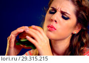 Купить «Woman bite hamburger fast food.», фото № 29315215, снято 20 марта 2019 г. (c) Gennadiy Poznyakov / Фотобанк Лори