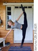Купить «Двенадцатилетняя гимнастка тренируется дома», фото № 29315631, снято 14 июля 2018 г. (c) Валерия Попова / Фотобанк Лори