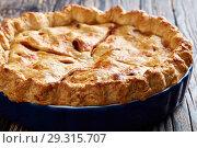 Купить «Freshly baked lassic American apple pie», фото № 29315707, снято 29 октября 2018 г. (c) Oksana Zh / Фотобанк Лори