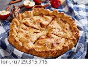 Купить «Freshly baked lassic American apple pie», фото № 29315715, снято 29 октября 2018 г. (c) Oksana Zh / Фотобанк Лори