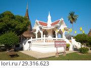 Маленький буддистский храм с отпечатком ступни Будды. Старый Сукхотай, Таиланд (2016 год). Редакционное фото, фотограф Виктор Карасев / Фотобанк Лори