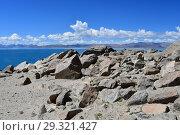 Великие озера Тибета. Озеро Тери Таши Намтсо в летний солнечный день. Камни с мантрами на берегу (2018 год). Стоковое фото, фотограф Овчинникова Ирина / Фотобанк Лори