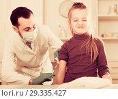 Купить «Male doctor injecting little patient», фото № 29335427, снято 19 января 2019 г. (c) Яков Филимонов / Фотобанк Лори
