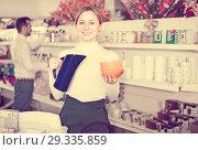 Купить «Customer shows a jug and plates», фото № 29335859, снято 8 февраля 2017 г. (c) Яков Филимонов / Фотобанк Лори